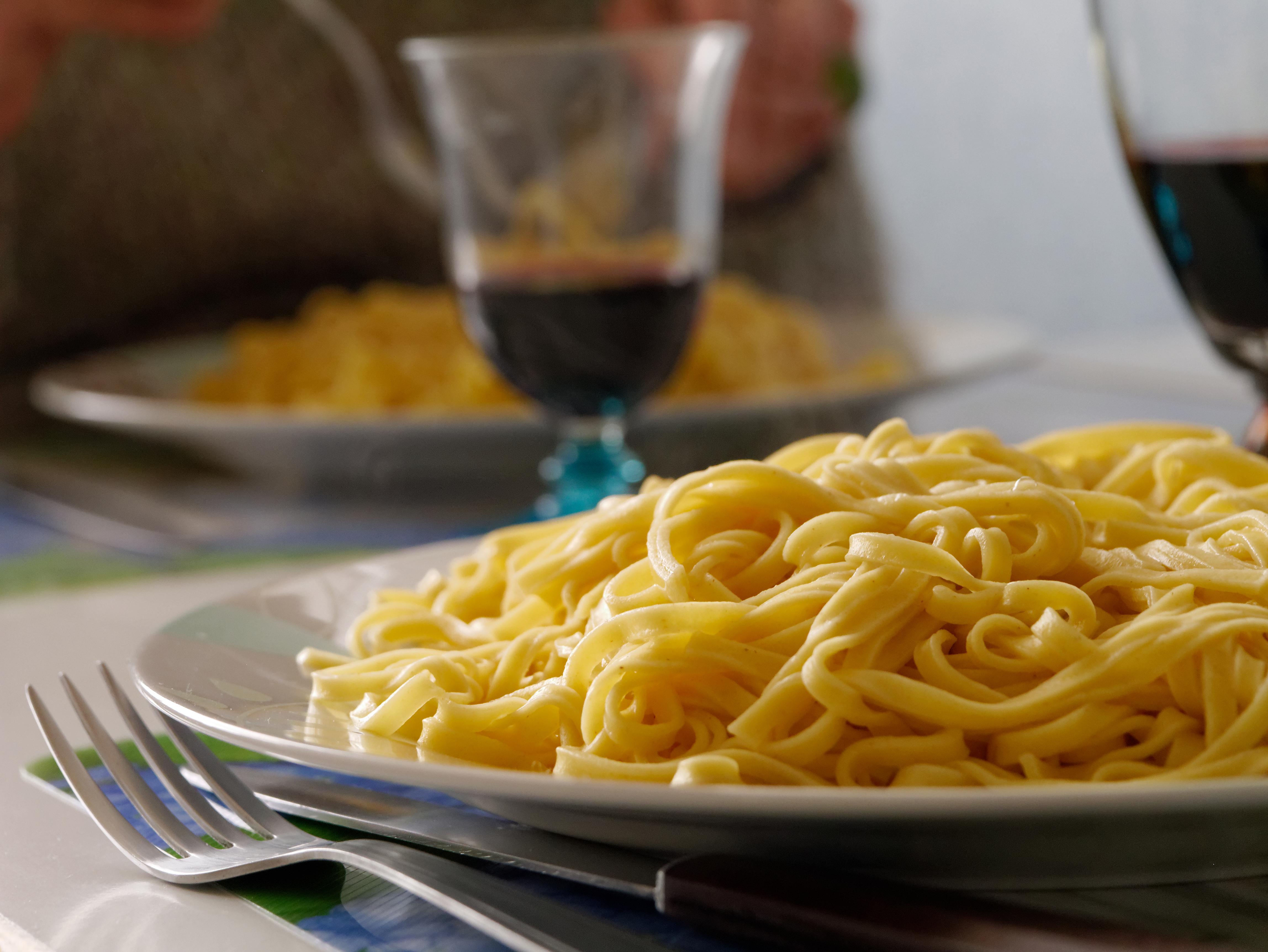 Plato de pasta y vino italiano