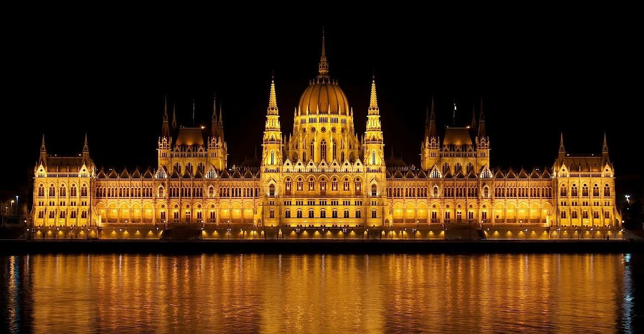 Parlamento Budapest en el Danubio