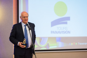 Emilio Ibáñez, director general de Panavisión Tours, recogiendo el premio Travelranking / Agent Travel © Pablo G. Sarompas