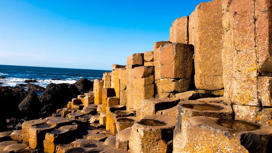 La Calzada del Gigante son restos de la pelea entre un gigante irlandés y otro escocés.