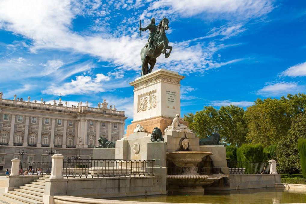 La estatua de Felipe IV en Madrid es la primera estatua ecuestre del mundo con el caballo apoyado sobre dos patas.