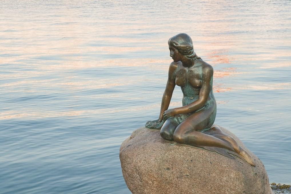 La Sirenita de Copenhague está basada en el cuento de Hans Christian Andersen.