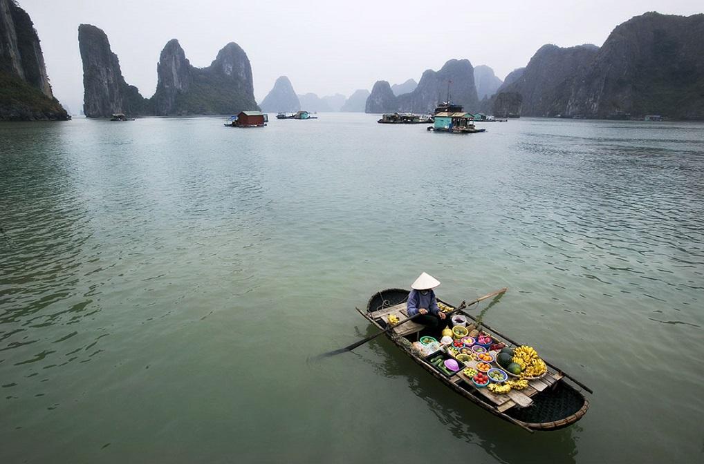 Barco en la Bahía de Halong