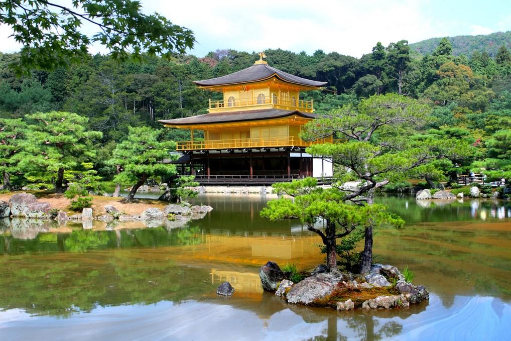 El Pabellón Dorado es uno de los monumentos más visitados de Kioto.