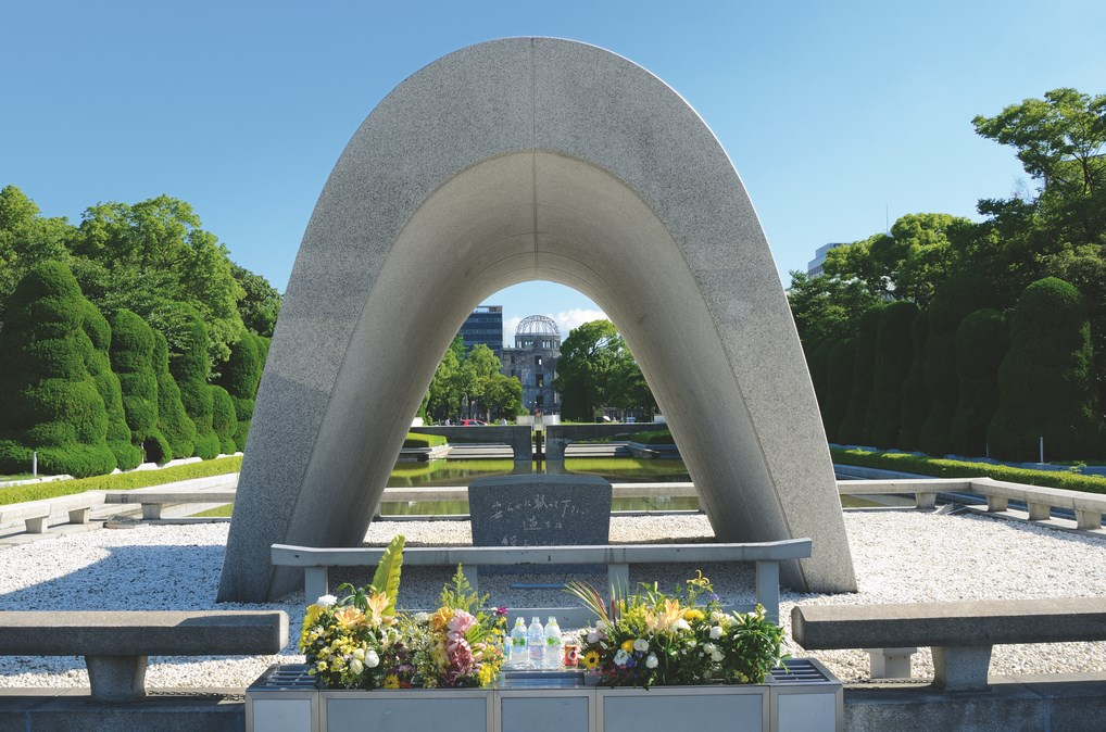 El cenotafio de las víctimas de la Bomba Atómica y la Cúpula Genbaku de fondo, dos de los monumentos más conocidos de Hiroshima.
