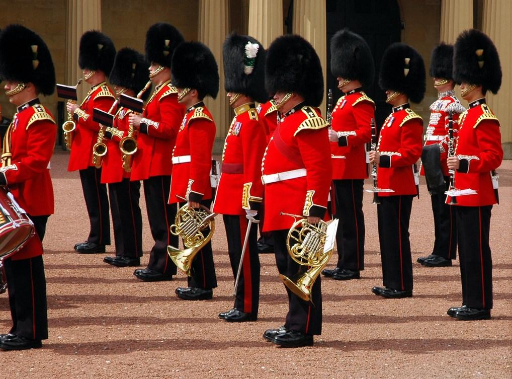 La Guardia Real del Palacio de Buckinham, que hace su Cambio de Guardia a las 11:45, todos los días de mayo a septiembre.