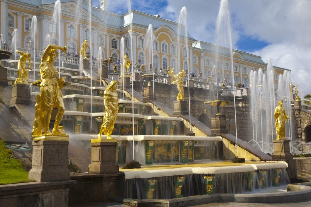 La Gran Cascada del Palacio de Peterhof, una maravilla del uso del agua como elemento de decoración.