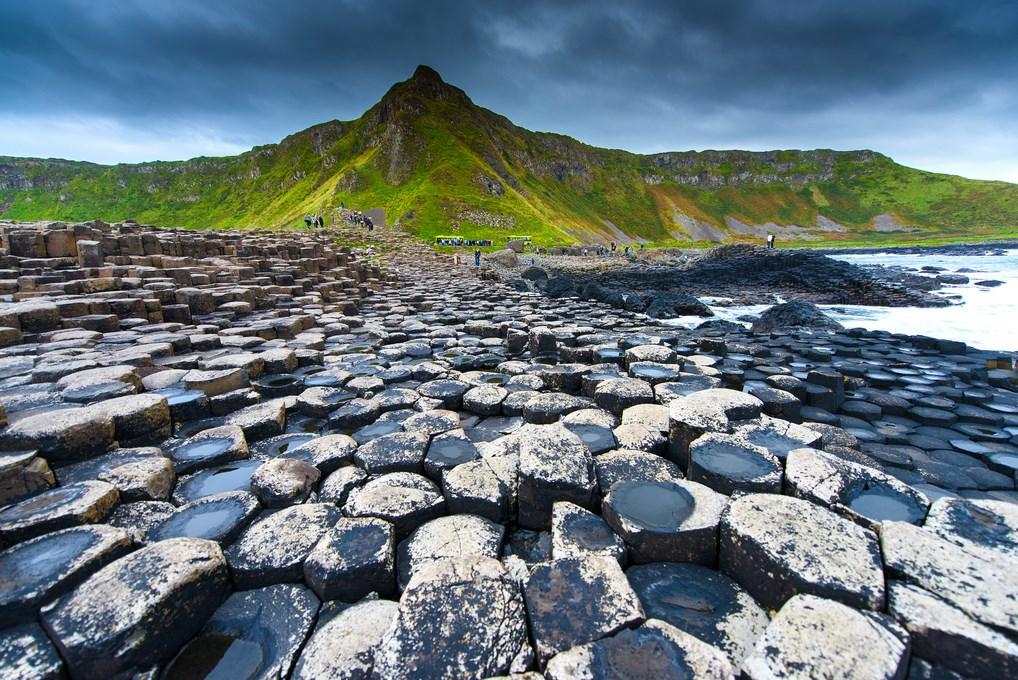 La Calzada del Gigante es uno de los lugares impresionantes que no puedes perderte de Irlanda.