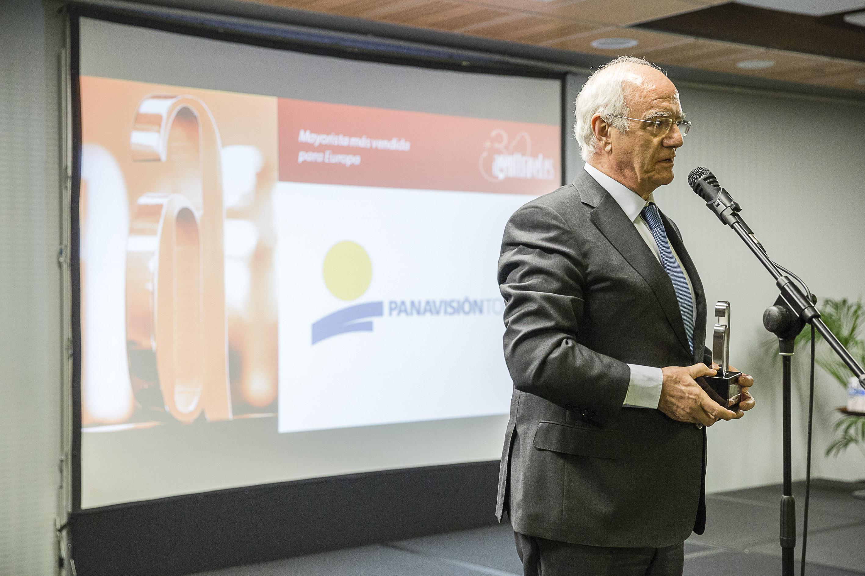 Emilio Ibáñez, director general de Panavisión Tours, recogiendo el premio.