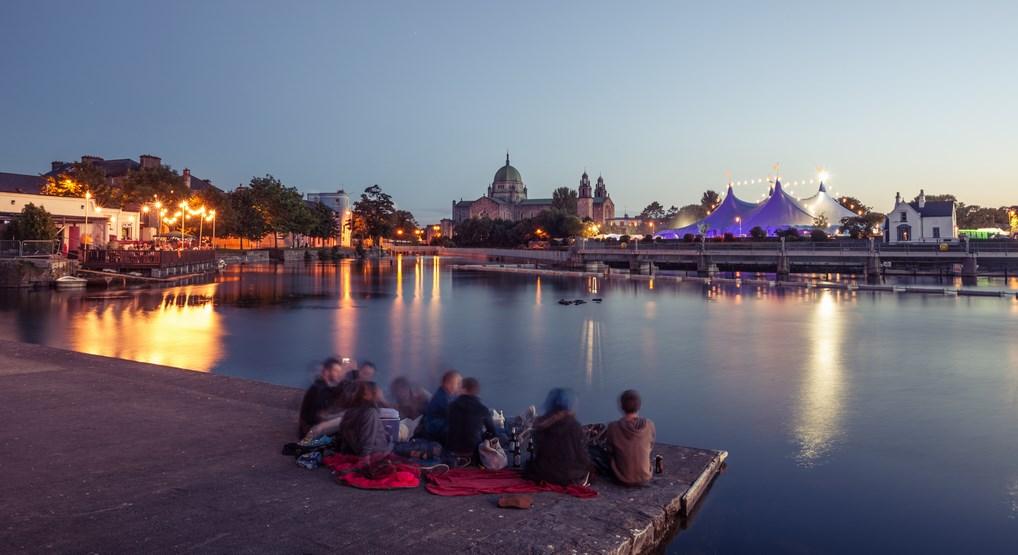 Galway por su ambiente animado y juvenil, es una de las ciudades imprescindibles que visitar en Irlanda.