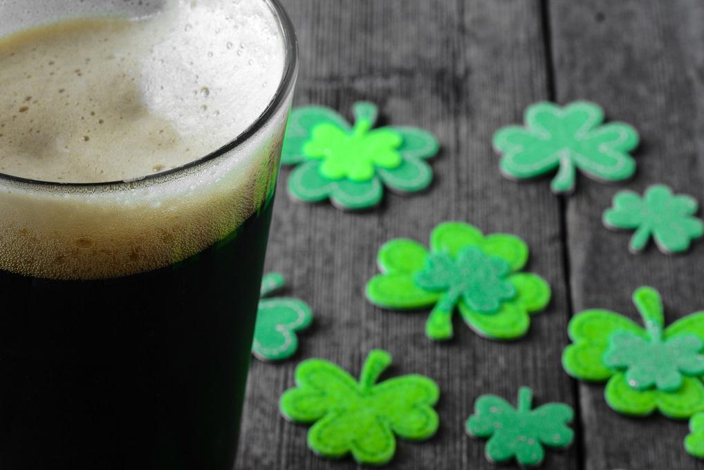 No pierdas la ocasión de disfrutar de una buena pinta en un bar irlandés con música en directo.