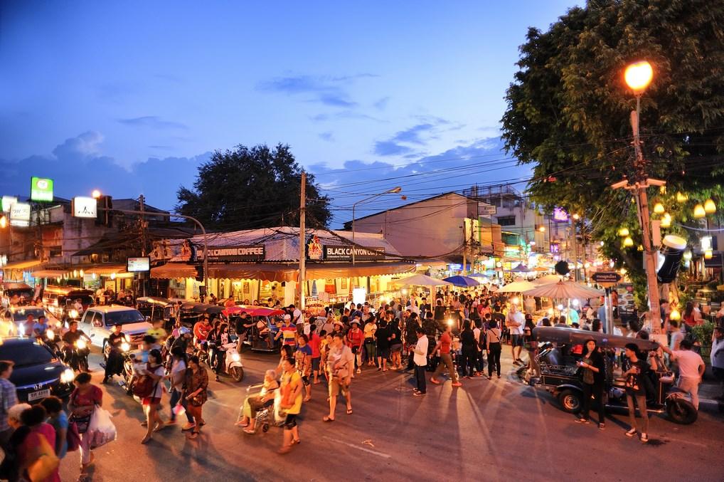 El Mercado de los Domingos en Chiang Mai, uno de los más espectaculares del país - 501room Shutterstockcom