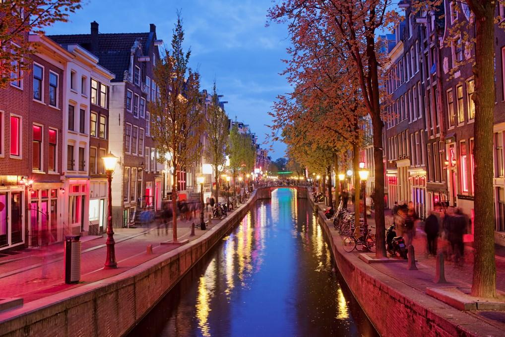 Pasear por el Barrio Rojo es una de las actividades más interesantes que hacer en Ámsterdam.