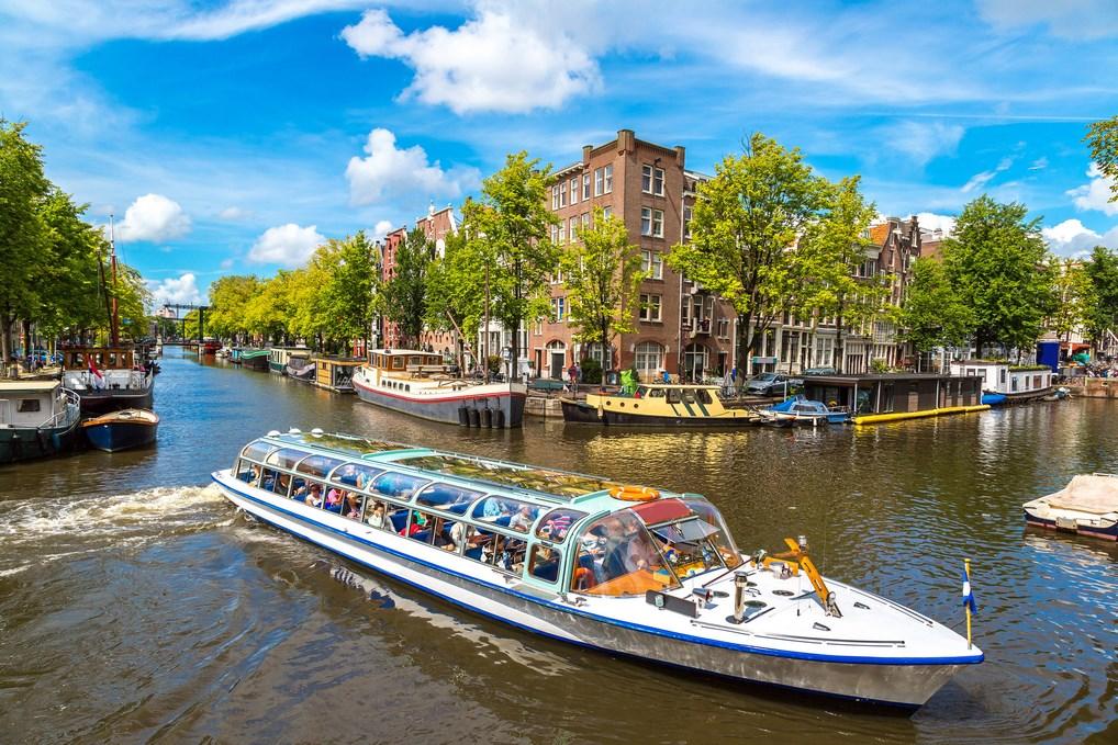 Embárcate en un crucero por los canales de Ámsterdam para conocer otro punto de vista de la ciudad.