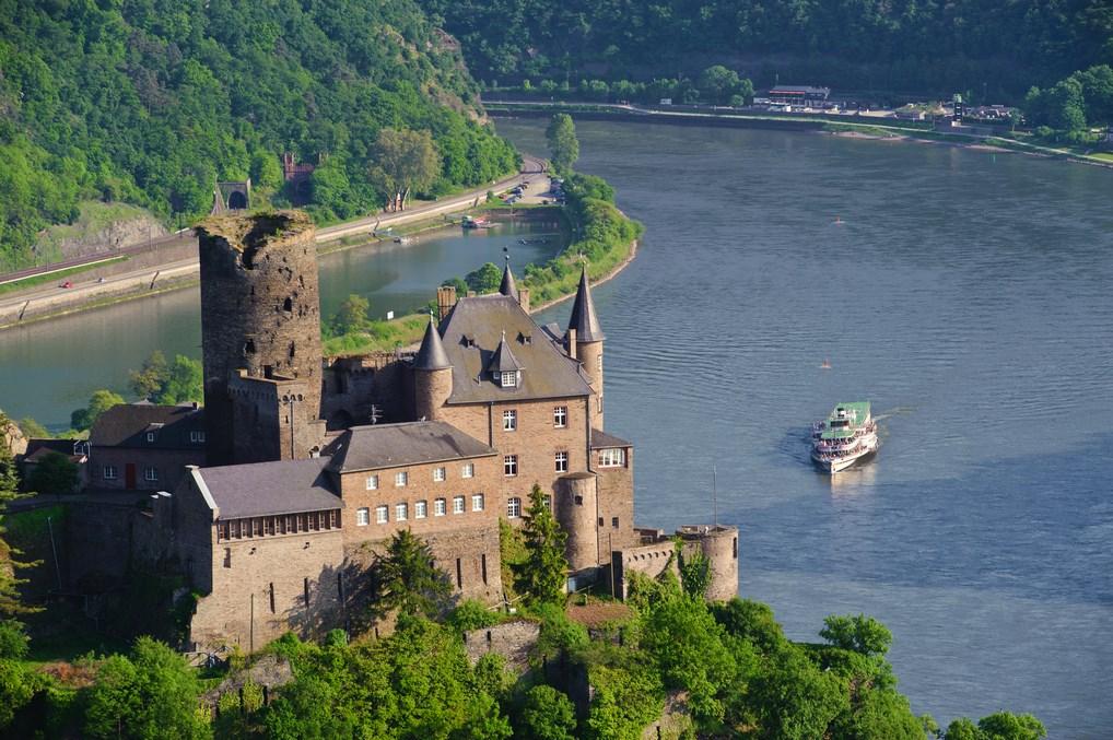 Ver los Castillos del Rhin desde el río son una de las cosas que hacer en un crucero fluvial.