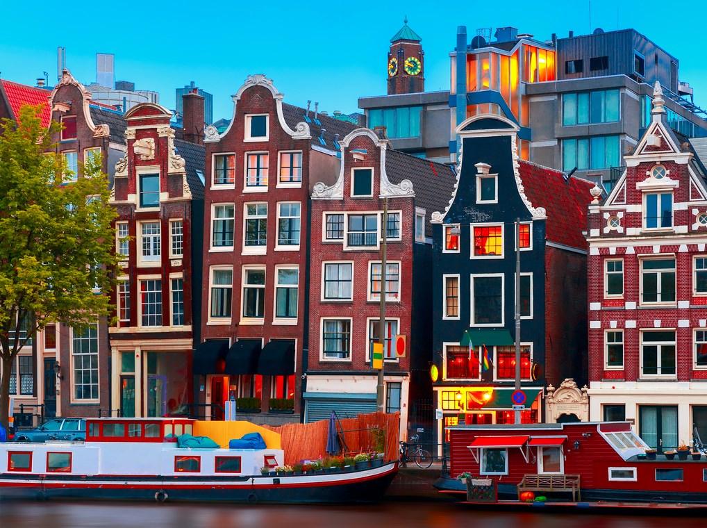 Ámsterdam, por su ambiente juvenil, es una de las mejores escapadas para hacer.