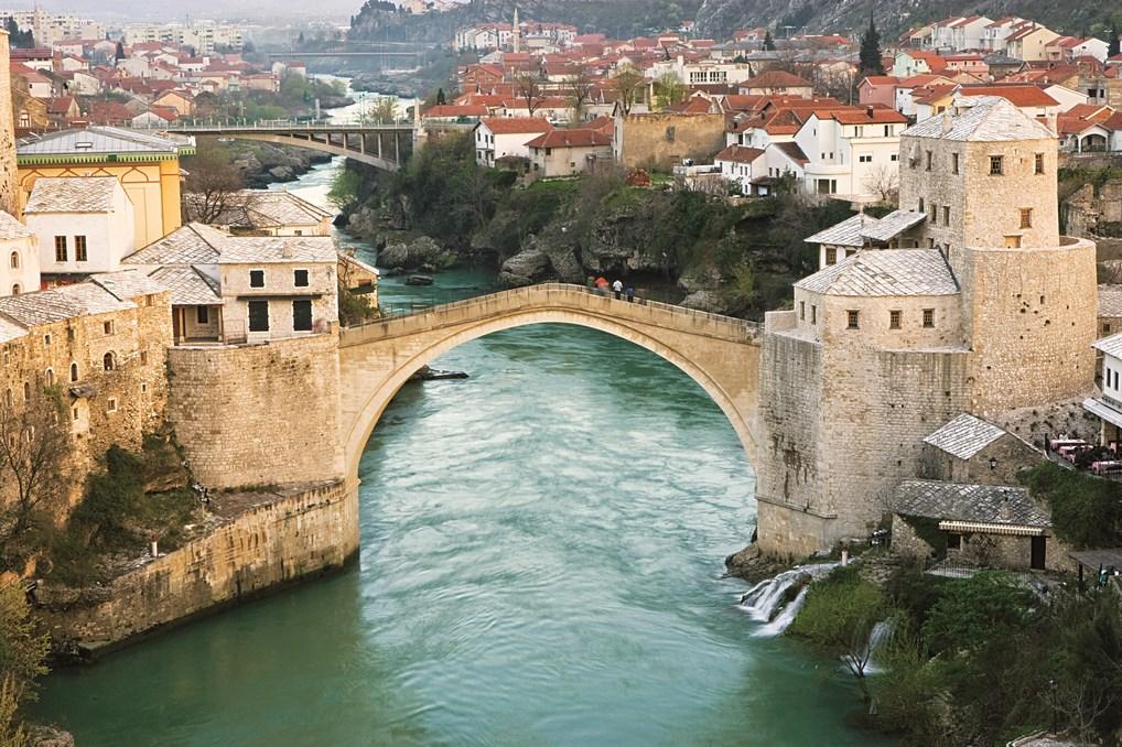 A pesar de su destrucción en las Guerras de los Balcanes, el Puente de Mostar fue reconstruido y hoy es un símbolo de la paz en la región.