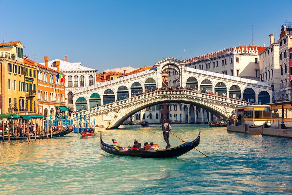 Sobre el Gran Canal de Venecia se alza el Puente de Rialto, símbolo de la Serenísima.