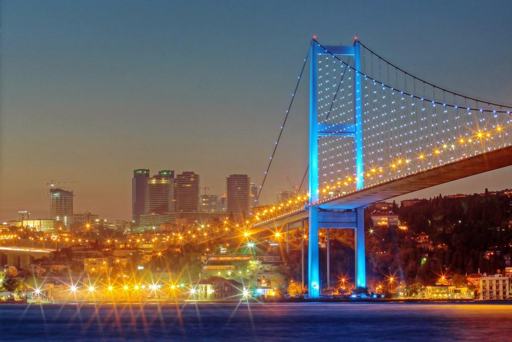 El Puente del Bósforo de Estambul es el más emblemático de los que unen la parte europea con la asiática.