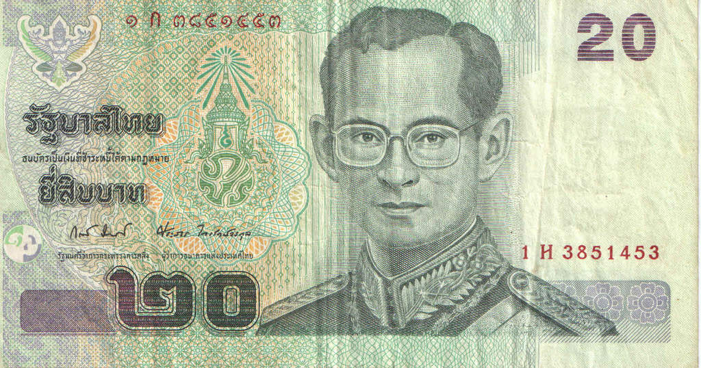 La figura del monarca en Tailandia es muy respetada, lo que incluye que no está bien visto arrugar o pisar billetes con su efigie.