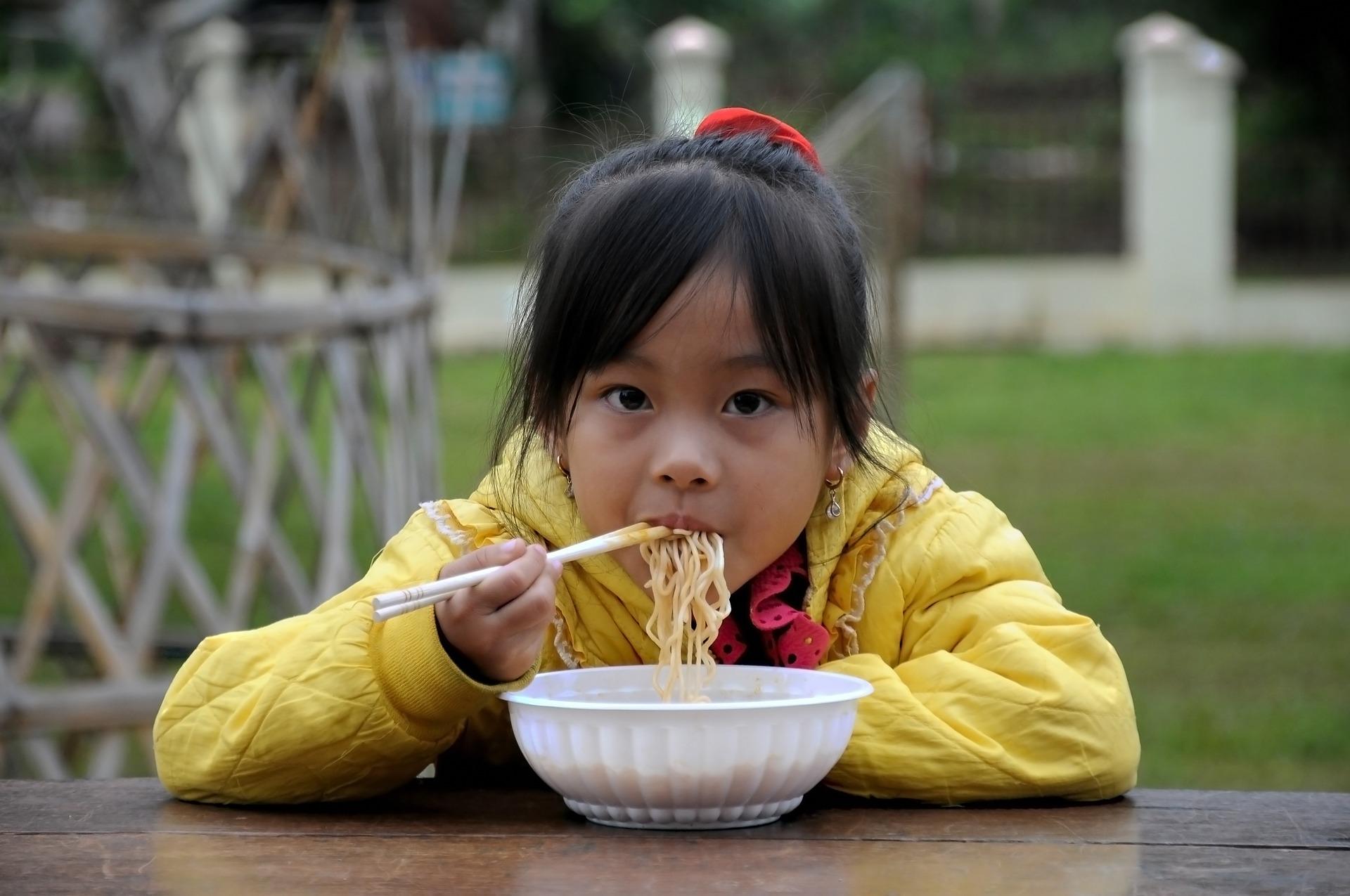 Sorber los fideos en China o Japón es un gesto de buena educación y un halago hacia el chef.