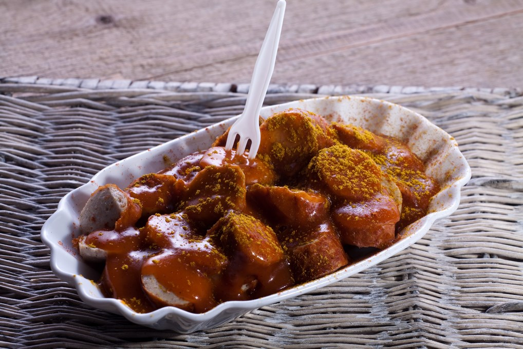 El Currywurst, tal y como se sirve en los puestos callejeros de Berlín.