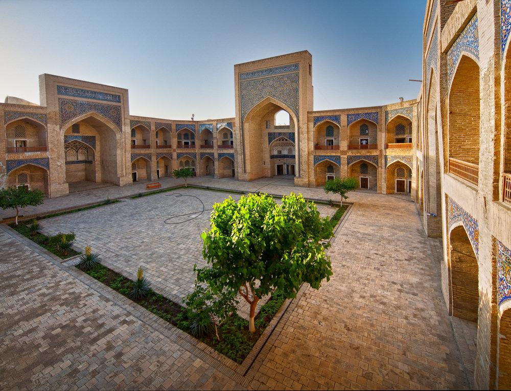 La madrasa Mir-i-Arab, del siglo XVI, es uno de los centros de enseñanza del Islam por autonomasia y la guinda de un conjunto arquitectónico singular que colocaba a Poi Kalon como uno de los grandes tesoros de la cultura mundial.