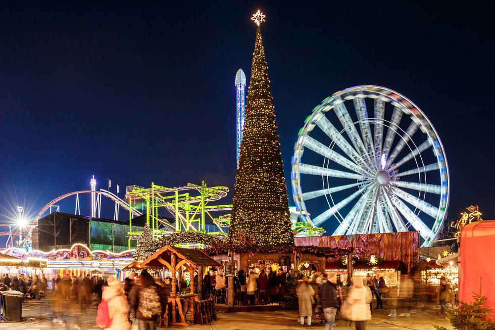 Otra de las grandes capitales europeas que debes tener en mente si quieres viajar en Navidad. Las luces brillan con fuerza en Londres para iluminar calles, parques y centros comerciales. Destacan el árbol navideño de Trafalgar Square y la fachada de los almacenes Harrods pero no debes perderte la pista de Hielo que montan bajo el London Eye o el Winter Wonderland, un mercado de Navidad en pleno Hyde Park.
