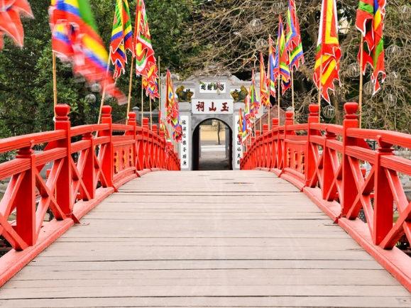 El puente rojo es una de las cosas que sí tienes que ver en Hanoi
