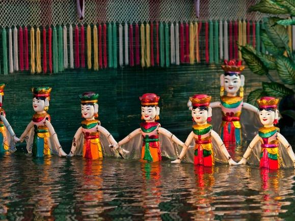 Un espectaculo de marionetas de agua es una de las cosas que sí tienes que ver en Hanoi